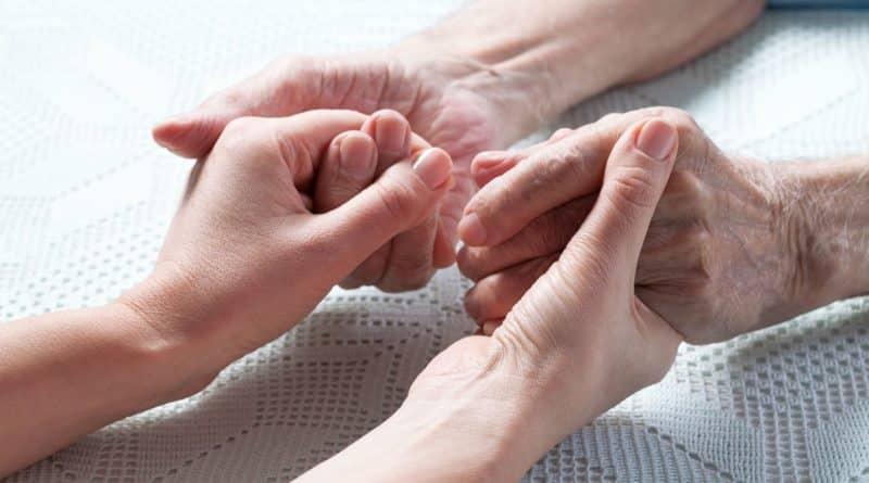 Le rôle des personnes âgées à travers